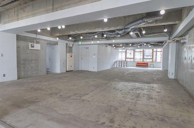 Creator's District神保町 | 白壁とコンクリート打ちっ放しと床で構成されたシンプルな空間