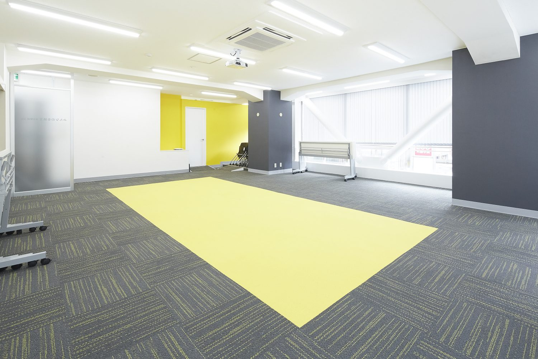 みんなの会議室 東京駅前3階   デスクは折り畳み可能