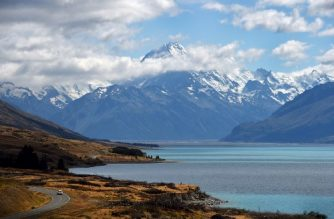 (FILES) A photo taken on Febraury 25, 2015 shows New Zealand's highest mountain Mount Cook - also known by it's Maori name of Aoraki - which sits in the Southern Alps on the South Island at a height of 3,724 metres (12,218 ft).   New Zealand has sweltered through its hottest summer on record and can expect more of the same if climate change continues unabated, the government's scientific agency said on 6 March, 2018. / AFP PHOTO / William WEST