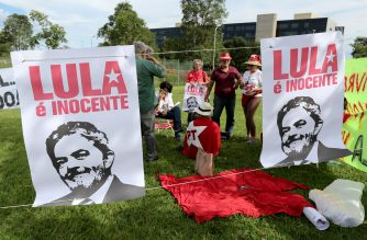 Supporters of former Brazilian president Luiz Inacio Lula Da Silva hold a demonstration in front of the Superior Court of Justice, while they decide on Lula's habeas corpus petition in Brasilia on March 6, 2018.  Brazil's Superior Court of Justice rejected a bid by former president Luiz Inacio Lula da Silva to stave off prison, ruling he can be arrested if his 12 year prison sentence is upheld on appeal. Lula is defiantly making a last-ditch appeal against it and, remarkably, he continues to lead the polls of potential candidates in the October election. / AFP PHOTO / Sergio Lima