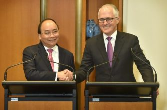 Vietnam's Prime Minister Nguyen Xuan Phuc (L) and Australian Prime Minister Malcolm Turnbull shake hands after a signing ceremony at Parliament House in Canberra on March 15, 2018.  / AFP PHOTO / MARK GRAHAM