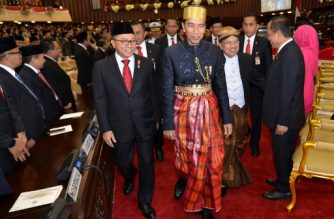 Indonesia's President Joko Widodo (C), wearing a traditional Sulawesi costume, arrives to deliver his annual speech to Parliament ahead of Indonesia's 72nd Independence Day in Jakarta on August 16, 2017. / AFP PHOTO / NURDIN