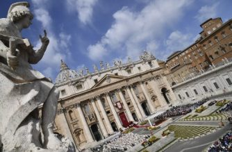 A general view shows St Peter's basilica during a holy mass on the second Sunday of Easter on April 8, 2018 at St Peter's square in Vatican. / AFP PHOTO / Alberto PIZZOLI