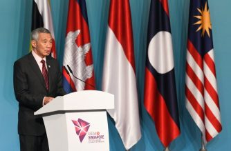 Singapore Prime Minister Lee Hsien Loong speaks during a press conference at the 32nd ASEAN (Association of Southeast Asian Nations) Summit in Singapore on April 28, 2018. / AFP PHOTO / ROSLAN RAHMAN