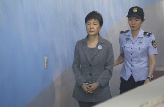 (File photo) South Korean ousted leader Park Geun-hye (L) arrives at a court in Seoul on August 25, 2017. The heir to the Samsung business empire, including the world's biggest smartphone maker, awaited the verdict on August 25 in his corruption trial over the scandal that brought down South Korean president Park Geun-Hye. / AFP PHOTO / POOL / KIM HONG-JI