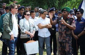 Bangladesh Border Guard 34 Battalion Commander Lt Col Manjurul Hasan (R) speaks during the high-level 15-member delegation of the UN Security Council visit to Tombru in the Bangladeshi district of Bandarban on April 29, 2018. / AFP Photo