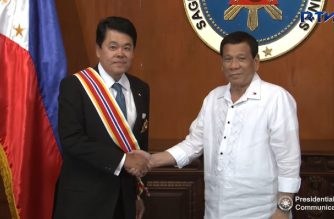 President Rodrigo Duterte extended his acknowledgements to the outgoing Ambassador of Thailand to the Philippines, H.E. Thanatip Upatising, in a farewell call in Malacañan Palace on April 17, 2018. President Duterte also conferred the Order of Sikatuna with the Rank of Grand Cross (Gold Distinction) to Ambassador Upatising for his efforts while serving as Thailand's envoy to the country, particularly in bolstering the already strong bilateral relations between the two countries, as well as the envoy's role in extending aid and support during the rehabilitation works in the war-torn city of Marawi.   (Photo grabbed from RTVM video)