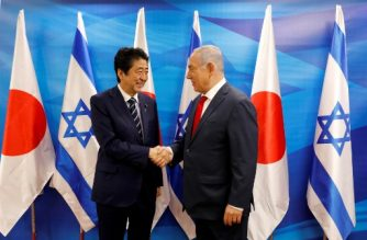 Israeli Prime Minister Benjamin Netanyahu (R) and his Japanese counterpart Shinzo Abe pose for a photo op at the prime minister's office in Jerusalem on May 2, 2018. Abe is on an official visit to the Palestinian territories and Israel. / AFP PHOTO / POOL / Abir SULTAN