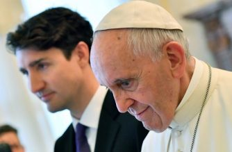 Pope Francis (R) walks with Canadian Prime Minister Justin Trudeau at the end of a private audience at the Vatican on May 29, 2017.  / AFP PHOTO / POOL / Ettore FERRARI