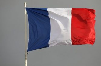 A French national flag waves above the Elysee presidential palace on January 3, 2018, in Paris. / AFP PHOTO / LUDOVIC MARIN