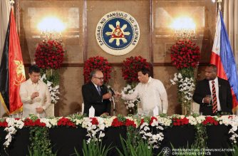 President Rodrigo Roa Duterte and Papua New Guinea Prime Minister Peter O'Neill clink their glasses as they toast during the dinner hosted by the President at the Malacañan Palace on May 16, 2018. VALERIE ESCALERA/PRESIDENTIAL PHOTO