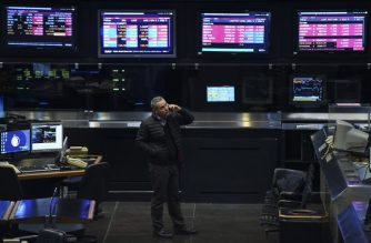 A trader looks at screen at the Buenos Aires Stock Exchange on June 18, 2018.  The Buenos Aires Stock Exchange plunged 6.55 percent Monday, pulled down by sharp declines in prices for energy and bank shares and amid market volatility as Argentina seeks financial support from the IMF. / AFP PHOTO / Eitan ABRAMOVICH