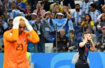 Croatia's Rebic (r) celebrates after scoring their opener as Argentina's goalkeeper Willy reacts./AFP/