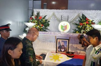Philippine National Police Chief Oscar Albayalde giving the posthumous award to Mallig, Isabela police chief Michael Angelo Tubana./Office of the Chief PNP/