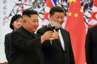 This picture taken on June 19, 2018 and released by North Korea's official Korean Central News Agency (KCNA) via KNS on June 20, 2018 shows North Korean leader Kim Jong Un (L) and Chinese President Xi Jinping (R) making a toast at the Great Hall of the People in Beijing.  / AFP PHOTO / KCNA VIA KNS