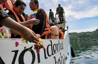 Family members of missing victims of a capsized ferry mourn during a mass memorial service at Lake Toba in North Sumatra on July 3, 2018./ AFP Photo / Lazuardy Fahmi