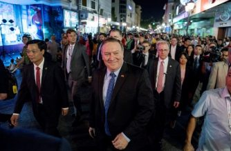 US Secretary of State Mike Pompeo(C) walks through the streets of Hanoi, Vietnam on July 8, 2018. Pompeo is on a trip traveling to North Korea, Japan, Vietnam, Abu Dhabi, and Brussels.  / AFP PHOTO / POOL / Andrew Harnik