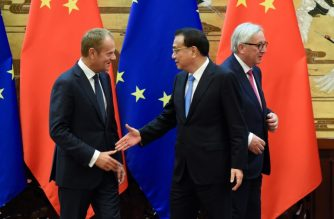 Chinese Premier Li Keqiang (C), European Council President Donald Tusk (L) and European Commission President Jean-Claude Juncker (R) attend a signing ceremony at the Great Hall of the People in Beijing on July 16, 2018. / AFP Photo/ Wang Zhao
