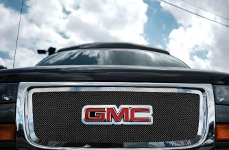 (FILES) In this file photo taken on May 2, 2017, a GMC truck sits in a Queens auto dealership in New York City.  / AFP Photot / Getty Images North America / Spencer Platt
