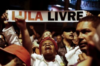 Supporters of former Brazilian President Luiz Inacio Lula da Silva -in jail since April for corruption- demonstrate demanding his release in Sao Bernardo do Campo, in metropolitan Sao Paulo, Brazil, on July 8, 2018, on a day with judicial orders and counter-orders on his release. / AFP Photo / Miguel Schincariol