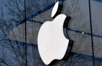 (FILES) In this file photo taken on February 8, 2018 the logo of the US multinational technology company Apple is on display on the facade of an Apple store in Brussels. /AFP Photo / Emmanuel Dunand