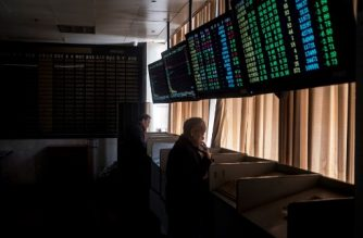 Investors monitor stock price movements at a securities company in Shanghai March 23, 2018. Hong Kong and mainland Chinese stocks plunged at open on March 23 on growing fears of a global trade war after Donald Trump imposed billions of dollars of tariffs on Chinese imports and Beijing drew up a list of retaliatory measures. / AFP PHOTO / Johannes EISELE