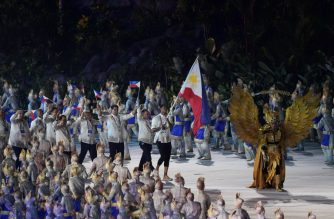 Philippines' flagbearer Jordan Clarkson leads the delegation during the opening ceremony of the 2018 Asian Games at the Gelora Bung Karno main stadium in Jakarta on August 18, 2018.  / AFP PHOTO / CHAIDEER MAHYUDDIN