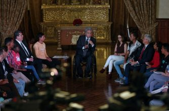 Ecuadorean President Lenin Moreno (C) meets with Venezuelan citizens at Carondelet palace in Quito on August 16, 2018. The increase in the migratory flow of Venezuelans, which reached 5,600 people a day, prompted Ecuador to declare state of emergency in provinces bordering Peru and Colombia. / AFP Photo / Cristina Vega