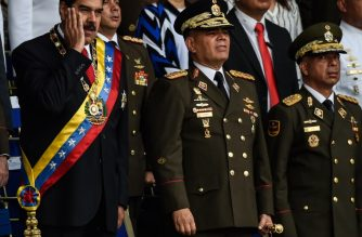 Venezuelan President Nicolas Maduro (L) gestures next to Minister of Defence General Vladimir Padrino (C), during a ceremony to celebrate the 81st anniversary of the National Guard in Caracas on August 4, 2018. / AFP Photo / Juan Barreto