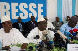 Malian opposition presidential candidates (LtoR) Choguel Maiga, Soumaila Cisse and Mohamed Ali Bathily hold a press conference about the results of the first round of the presidential election, on August 6, 2018 in Bamako, ahead of the second round scheduled on August 12.  / AFP Photo / Michele Cattani