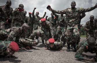 New recruits for the Central African Armed Forces (FACA) celebrate their graduation in Berengo on August 4, 2018.  Russian military consultants have set up training for the Central African Armed Forces and the Internal Security Forces after delivering weapons to the country.  / AFP Photo / Florent Vergnes