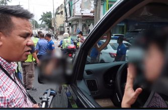 The woman who refused to be issued a ticket for illegal parking is seen speaking to MMDA commander Bong Nebrija. /Gadget Addict/
