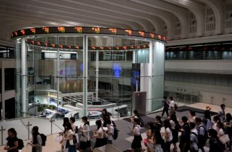 This general view shows college students visiting the Tokyo Stock Exchange in Tokyo on August 3, 2018. Tokyo's key Nikkei index closed flat on August 3 as investors retreated to the sidelines over global trade frictions and ahead of the release of key jobs data. / AFP PHOTO / Kazuhiro NOGI