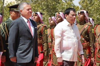 Jordan's King Abdullah II and Philippine President Rodrigo Duterte review the honour guard at the Royal Palace in Amman, on September 6, 2018. / AFP PHOTO / KHALIL MAZRAAWI