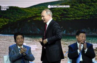 China's President Xi Jinping (R), Japan's Prime Minister Shinzo Abe (L) and Russian President Vladimir Putin attend the plenary session of the Eastern Economic Forum in Vladivostok on September 12, 2018. / AFP PHOTO / Kirill KUDRYAVTSEV