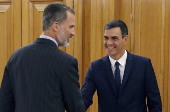 Spain's King Felipe VI (L) shakes hands with Spanish Prime Minister Pedro Sanchez (L) during a swearing-in ceremony for Spain's newly appointed Health Minister at the Zarzuela Palace near Madrid on September 13, 2018. / AFP PHOTO / POOL / Juan Carlos Hidalgo
