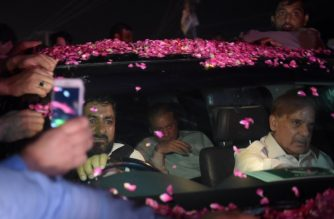 Former Pakistani primer minister Nawaz Sharif (C/ back) sits in a vehicle alongside his younger brother Shahbaz Sharif (R) following his release from Adiala prison in Rawalpindi on September 19, 2018.    Former Pakistani prime minister Nawaz Sharif was released from prison late September 19, to be met by jubilant supporters after a court suspended his prison sentence for corruption pending an appeal hearing. Sharif -- who was ousted from office last year by the Supreme Court for alleged corruption -- was freed along with his daughter. / AFP PHOTO / AAMIR QURESHI