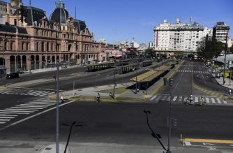 View of Constitucion train station and empty bus stops in Buenos Aires during a 24-hours general strike, on September 25, 2018. With no public transport or taxis running, Tuesday's strike was largely respected, as many shops remained closed and citizens found themselves unable to get to work. The strike was called to reject an austerity budget that Argentine President Mauricio Macri says is needed to secure IMF funds. / AFP PHOTO / EITAN ABRAMOVICH