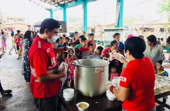 Philippine Red Cross staff-and-volunteers-serve-hot-meals-to-evacuees-in-Balazain-East-in-Tuguegarao-City.  (Photo release by Philippine Red Cross)