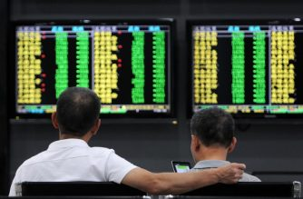 Investors monitor stock prices at a securities company in Jiujiang in China's central Jiangxi province on October 8, 2018.  Chinese stocks tumbled on October 8 as investors returned to a pile-up of negative news that accumulated over a week-long holiday, from disappointing economic data to worsening tensions with the United States. / AFP PHOTO / STR / China OUT