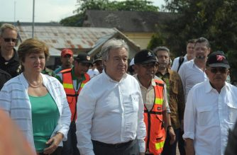 United Nations Secretary-General Antonio Guterres (C), accompanied by Indonesia's Vice President Jusuf Kalla (R), visits a shelter for quake-affected residents at Vetulemo in Palu on October 12, 2018, following the September 28 earthquake and tsunami that hit the area. - United Nations Secretary-General Antonio Guterres on October 12 visited the disaster-ravaged Indonesian city of Palu, where an earthquake and tsunami killed 2,000 people and left thousands more missing, presumed dead. (Photo by OLAGONDRONK / AFP)