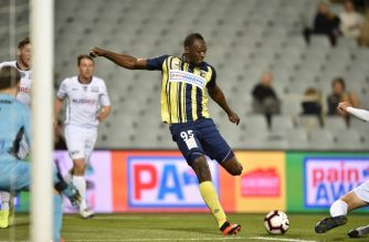 Olympic sprinter Usain Bolt (C) playing for A-League football club Central Coast Mariners takes a shot on goal against Macarthur South West United in his first competitive start for the club in Sydney on October 12, 2018. (Photo by PETER PARKS / AFP) / -- IMAGE RESTRICTED TO EDITORIAL USE - STRICTLY NO COMMERCIAL USE --
