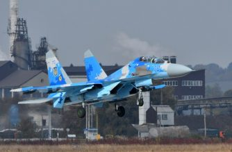 """A picture taken on October 12, 2018, shows the Ukrainian Su-27 UB fighter (Combat Trainer) flights during an air force exercises on Starokostyantyniv military airbase. - Ukraine's general staff said on October 16, 2018 that two pilots died when a Sukhoi fighter jet crashed during military exercises with the United States and other NATO countries. """"A Sukhoi-27 plane crashed at around 5:00 pm local time (1400 GMT) during a training flight,"""" the general staff said on its Facebook page, adding that """"the bodies of the two pilots have been found."""" (Photo by Genya SAVILOV / AFP)"""