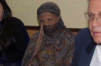 """This file handout photograph taken on November 20, 2010 and released by the Directorate General Public Relations (DGPR) Punjab shows Pakistani Christian woman Asia Bibi (C) sitting next to the then-governor of Punjab Salman Taseer (R) as she appealed her death sentence for blasphemy charges at the Central Jail in Sheikhupura. - Pakistan's Supreme Court on October 31, 2018 overturned the conviction of Asia Bibi, a Christian mother facing execution for blasphemy, in a landmark case which has incited deadly violence and reached as far as the Vatican. (Photo by Handout / DGPR Punjab / AFP) / -----EDITORS NOTE --- RESTRICTED TO EDITORIAL USE - MANDATORY CREDIT """"AFP PHOTO / Directorate General Public Relations (DGPR) Punjab"""" - NO MARKETING - NO ADVERTISING CAMPAIGNS - DISTRIBUTED AS A SERVICE TO CLIENTS"""
