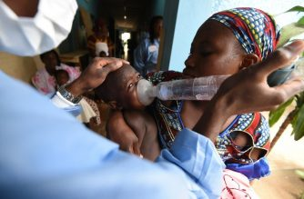 TO GO WITH AFP STORY BY Evelyne AKA Medical staff treat a child for breathing problems on March 17, 2016 during tests to diagnose pneumonia for children until age five in a health centre in the Attecoube neighborhood in Abidjan. - Respiratory physiotherapy is critically needed in Ivory Coast where pneumonia is second only to malaria as a killer of babies and toddlers. (Photo by SIA KAMBOU / AFP)