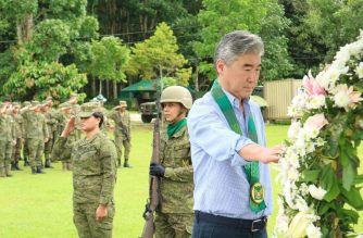 Ambassador Kim lays a wreath at a memorial for soldiers killed in action during the Marawi Siege.  (Photo from US embassy)
