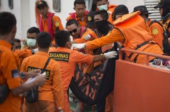 Rescue team unload bodybag of the ill-fated Lion Air flight JT 610 victims, recovered during search operations from the sea, at Jakarta port, on November 3, 2018. - An Indonesian diver died while recovering body parts from the ill-fated Lion Air plane which crashed into the sea killing 189 people, an official said on November 3. (Photo by BAY ISMOYO / AFP)