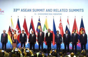 (L to R) Malaysia's Prime Minister Mahathir Mohamad, Myanmar State Counsellor Aung San Suu Kyi, Philippine President Rodrigo Duterte, Vietnam's Prime Minister Nguyen Xuan Phuc, Singapore's Prime Minister Lee Hsien Loong, Thai Prime Minister Prayut Chan-O-Cha, Brunei Sultan Hassanal Bolkiah, Cambodian Prime Minister Hun Sen, Indonesia's President Joko Widodo and Laos Prime Minister Thongloun Sisoulith pose for a group photo at the opening ceremony during the 33rd Association of Southeast Asian Nations (ASEAN) summit in Singapore on November 13, 2018. (Photo by Jewel SAMAD / AFP)