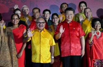 Papua New Guinea's Prime Minister Peter O'Neill (2nd L) and Chinese President Xi Jinping (2nd R) pose for a family photo with other leaders during the Asia-Pacific Economic Cooperation (APEC) Summit in Port Moresby on November 17, 2018. (Photo by SAEED KHAN / AFP)