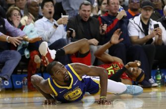 OAKLAND, CA - NOVEMBER 13: Kevin Durant #35 of the Golden State Warriors gets tangled up with Vince Carter #15 of the Atlanta Hawks at ORACLE Arena on November 13, 2018 in Oakland, California. NOTE TO USER: User expressly acknowledges and agrees that, by downloading and or using this photograph, User is consenting to the terms and conditions of the Getty Images License Agreement.   Ezra Shaw/Getty Images/AFP